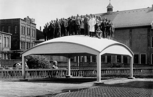Probebelastung der Versuchsschale mit Mitarbeitern der Firma Dywidag am 17. August 1931